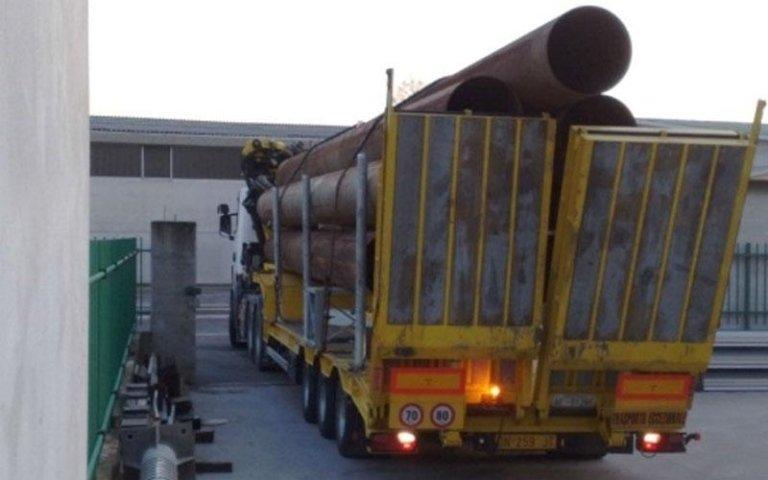 camion trasporta tubi in rame