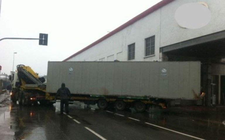 camion entra in magazzino