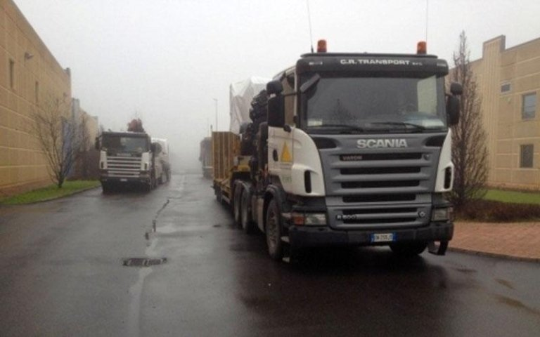 due camion in movimento