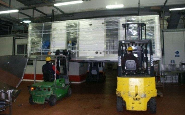 carrelli elevatori all'interno di un capannone