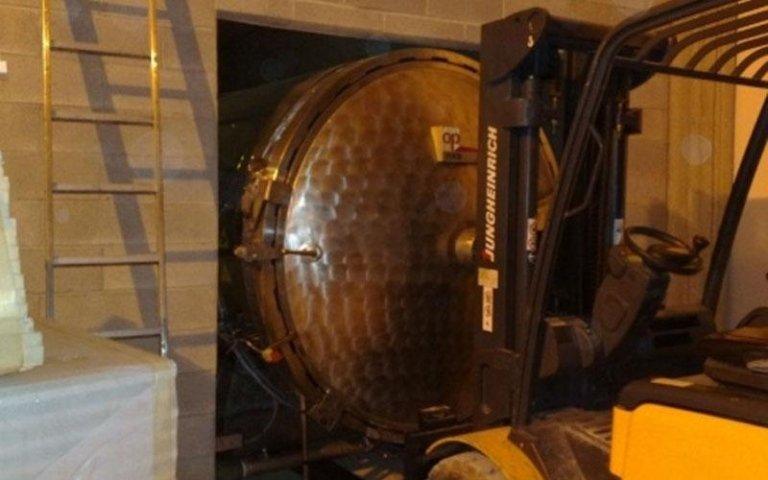 stoccaggio di una cisterna all'interno di un magazzino