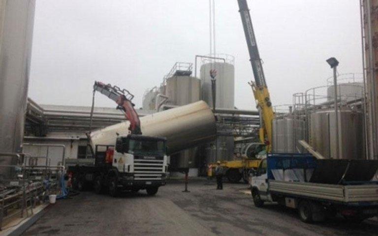 cisterna viene spostata su camion