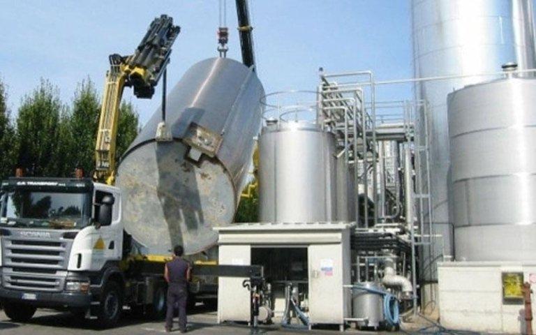 movimentazione di una cisterna in uno spazio industriale