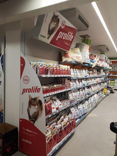 prodotti alimentari per animali in scaffalature di negozio