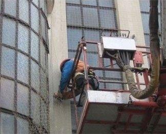 uomo su piattaforma elevatrice