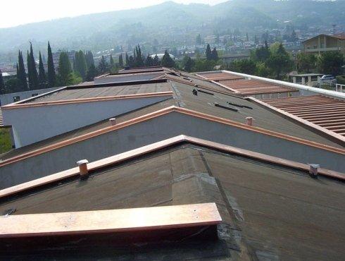 realizzazione di grondaie, tetti e canali di scolo