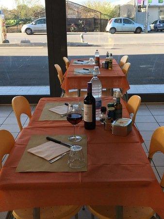 sala da pranzo con tavoli apparecchiati di una stazione di servizio