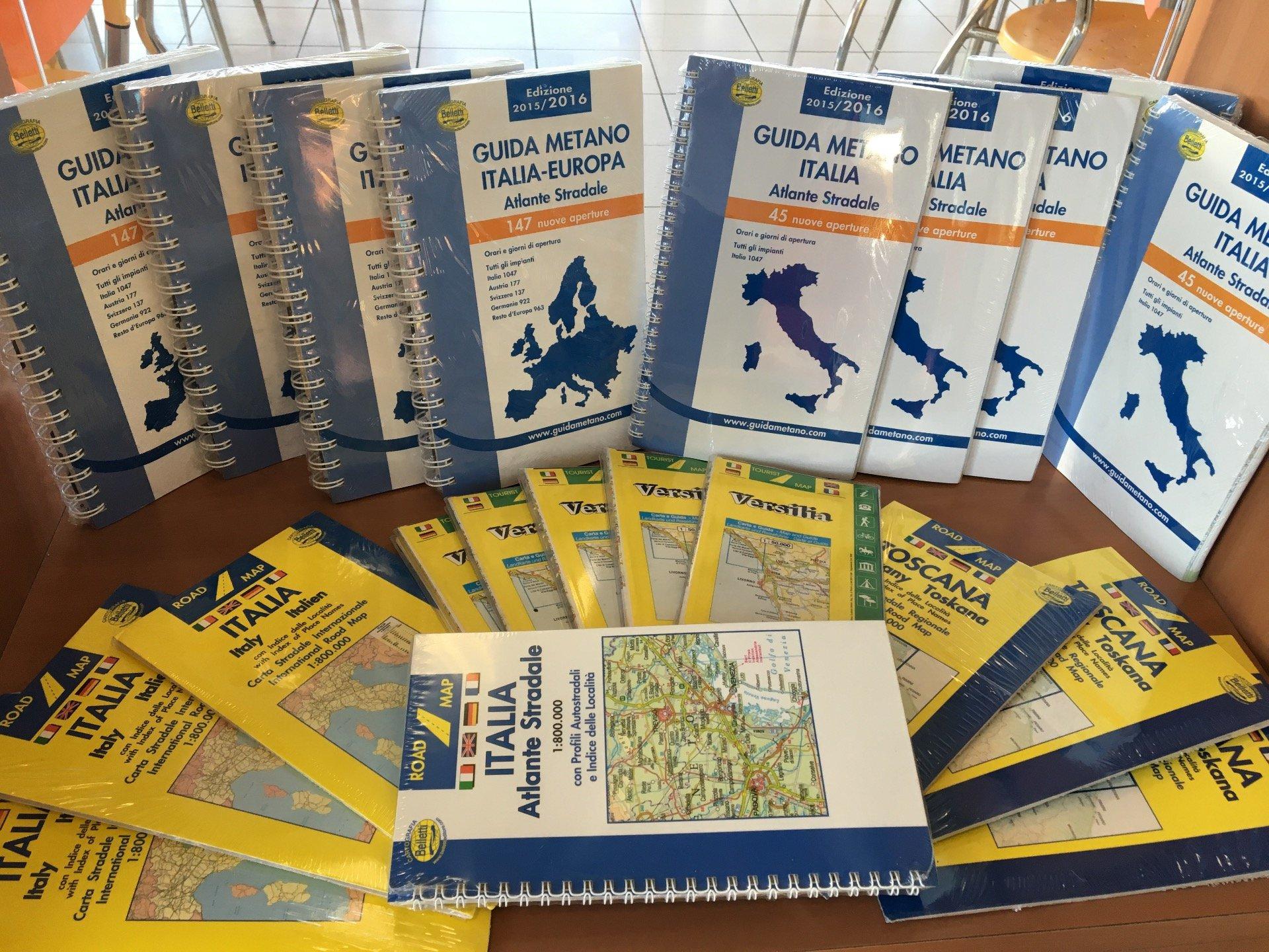 atlante stradale e assortimento guide per viaggiare in Italia ed Europa