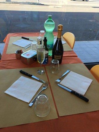 tavolo apparecchiato per pranzo
