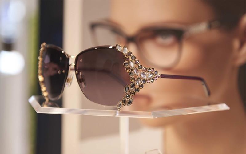 occhiali alla moda.j