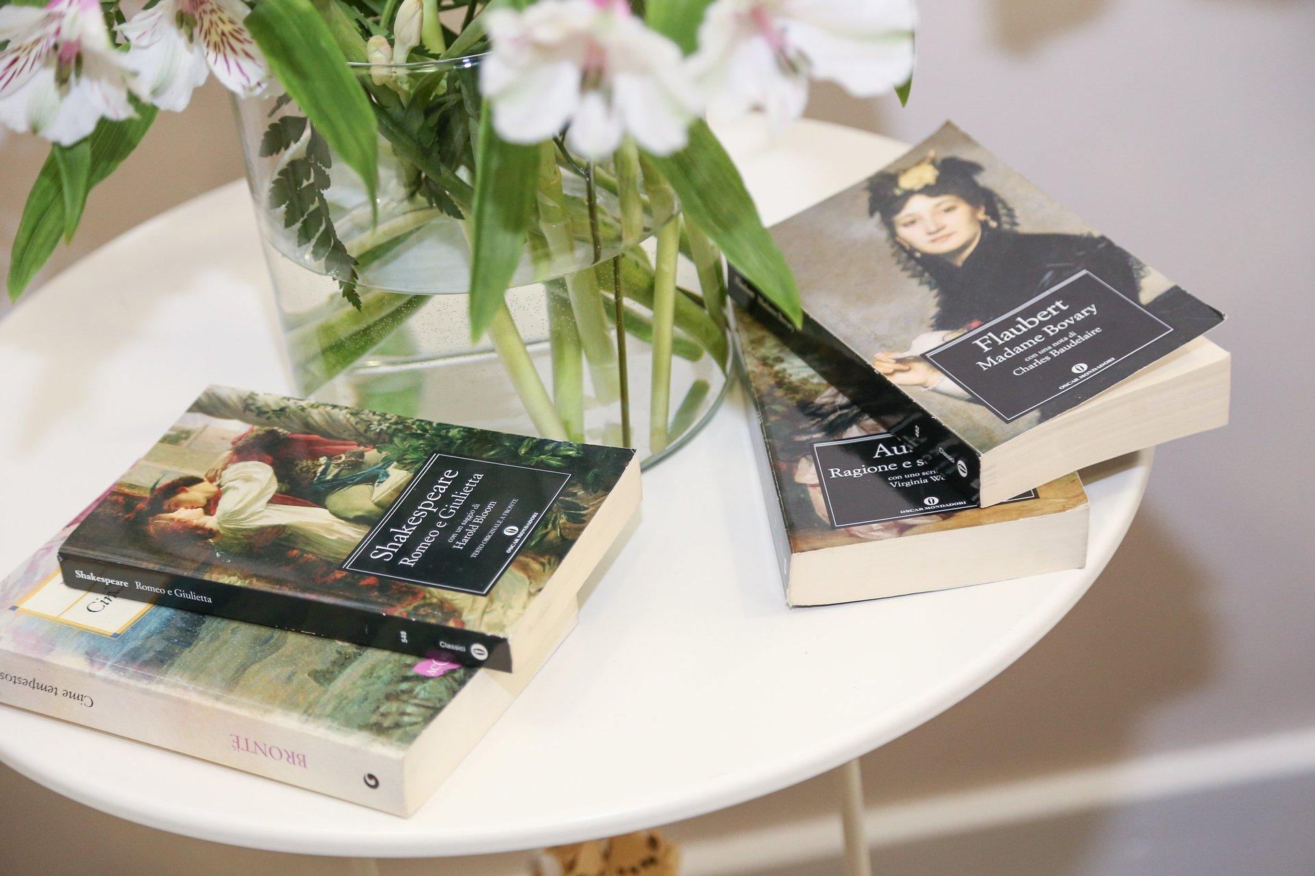 dettaglio del tavolino del salone con delle riviste