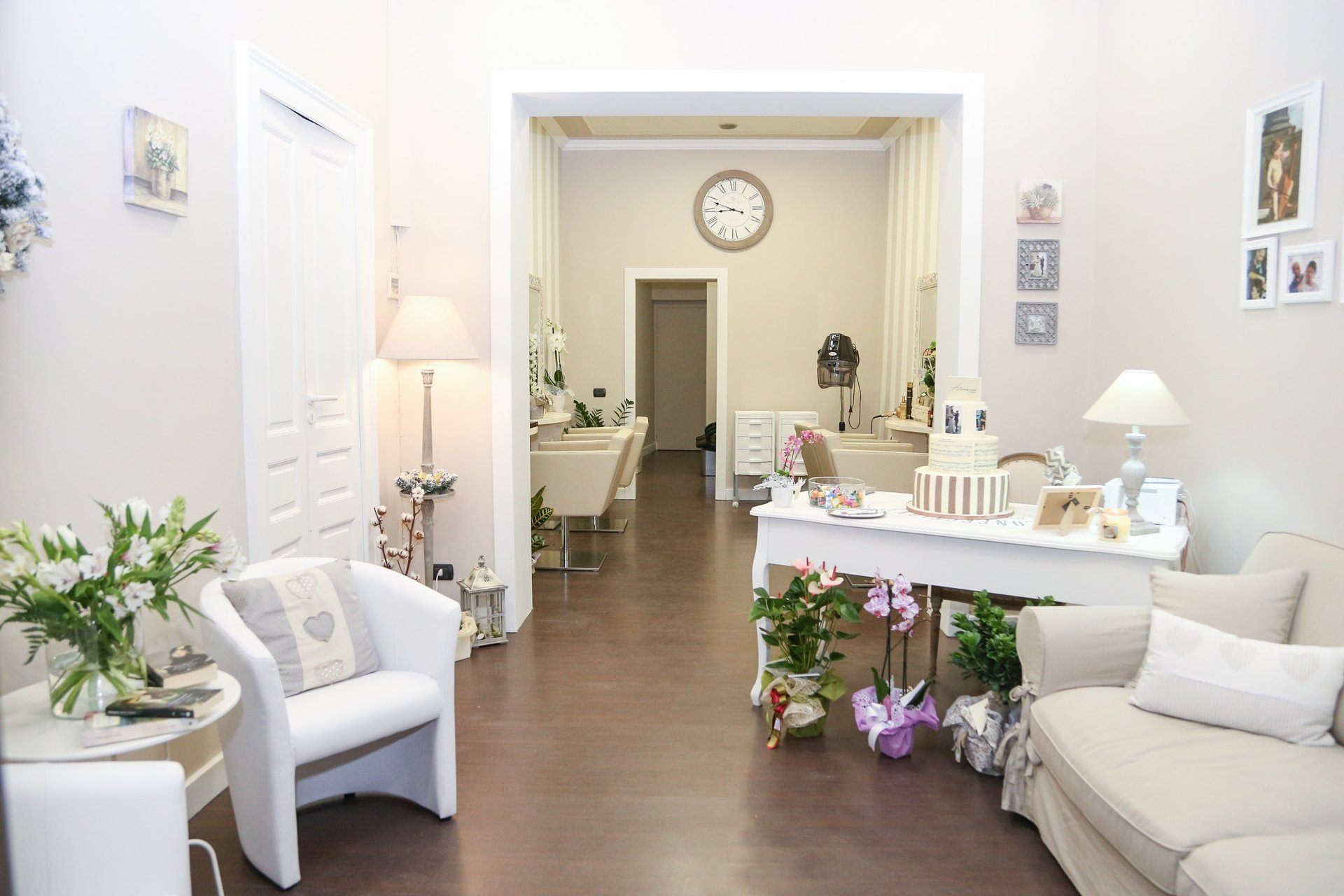 vista del salone di bellezza, arredato in bianco e grigio