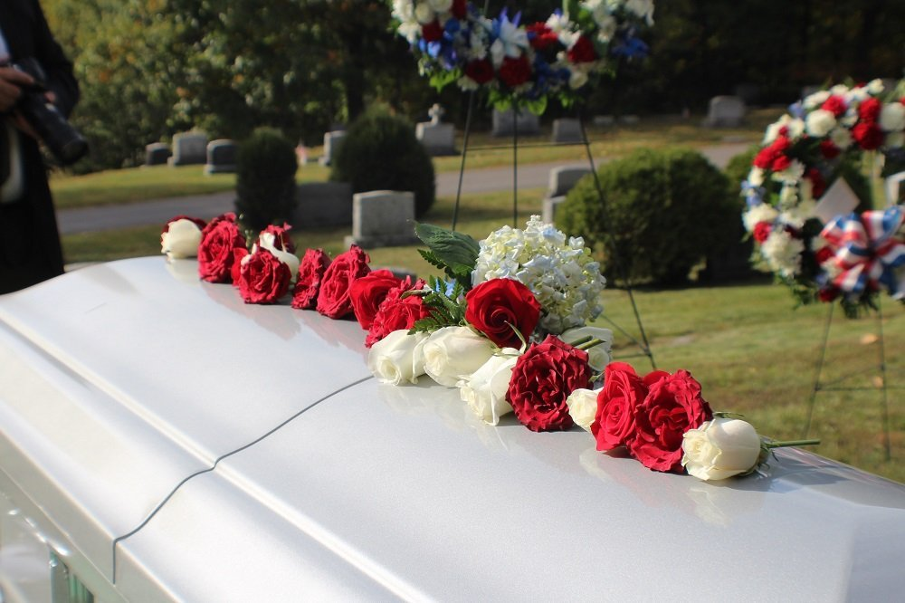 cofano funebre in un cimitero