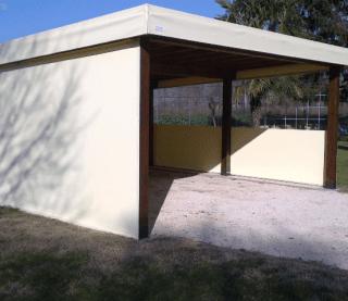 Pergolato in legno autoportante con copertura in pvc e chiusure laterali.jpeg