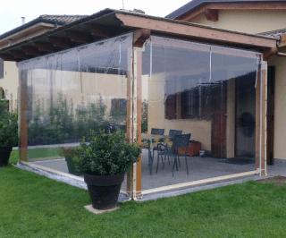 Chiusura porticato con tende verticali in cristal trasparente