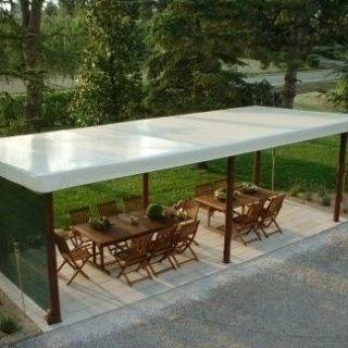 Copertura in PVC su struttura autoportante in giardino