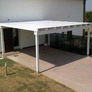 Pergolato in legno di colore bianco con copertura in pvc.