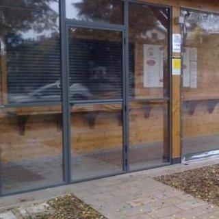 Chiusura Chiosco Piadina/ Ristorante con PVC trasparente. Struttura con porta e intelaiature in alluminio verniciato effetto