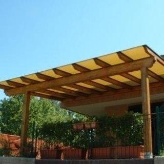 Copertura in PVC su terrazzo con pergolato in legno