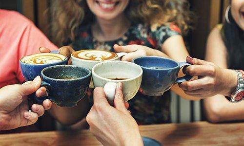 brindisi con tazze di cappuccino