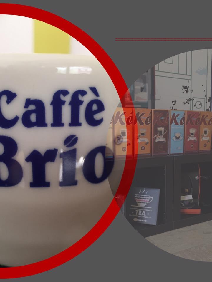 macchina del caffè e una bottiglia di liquore