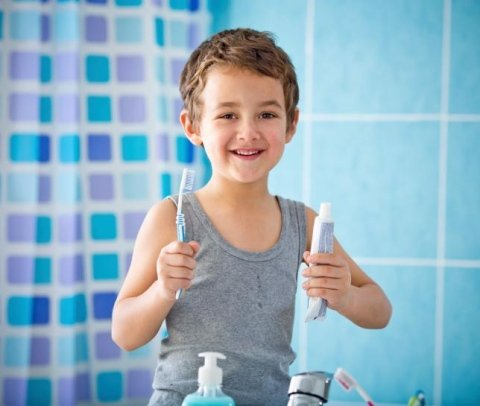 bambino con spazzolino da denti