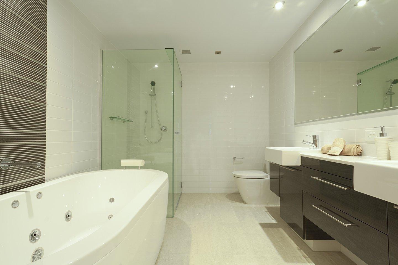 vista laterale di un bagno con vasca box doccia e lavello
