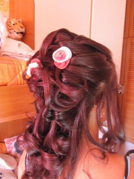capelli rossi acconciati con fiori