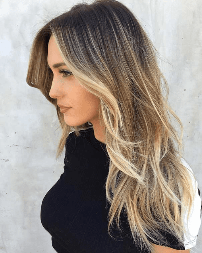 Modella con capelli biondi e colorazione degradé