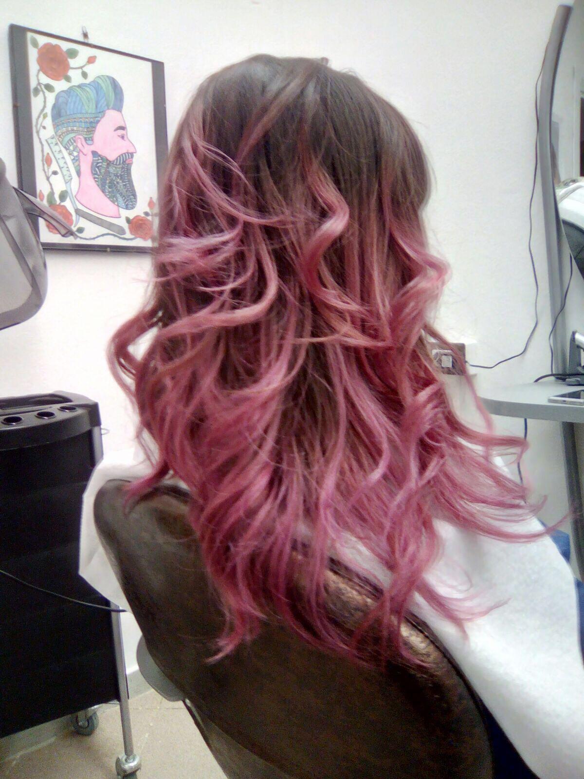 capelli mossi con shatush rosa