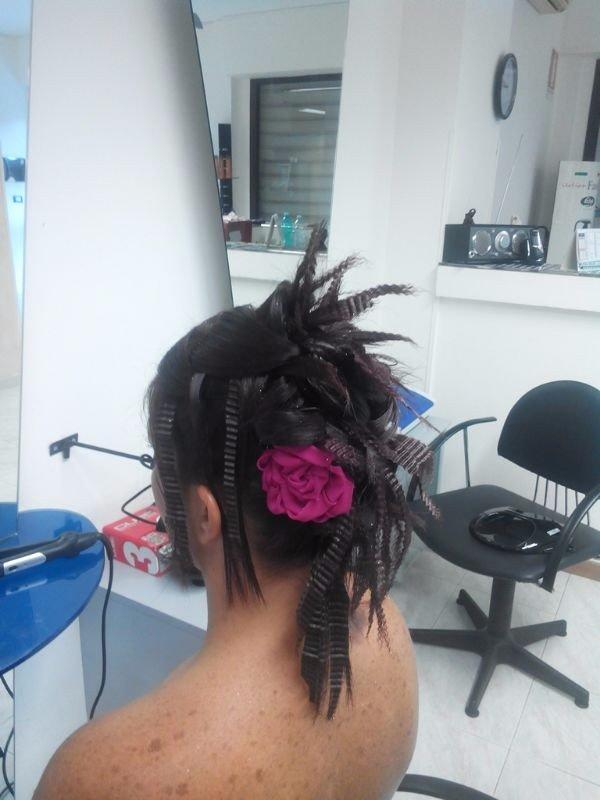 capelli con fiore decorativo rosso