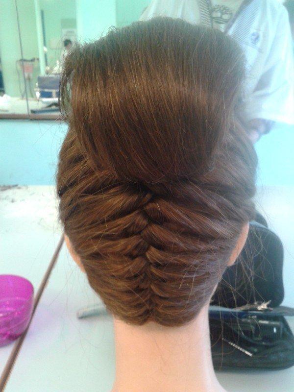 trecce di capelli  incrociate sulla nuca