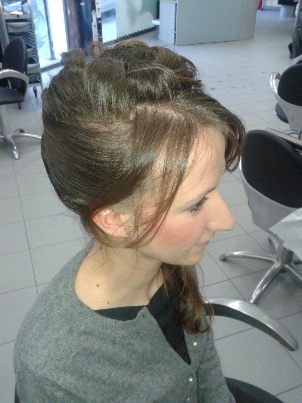 capelli raccolti con ciuffo libero sul davanti