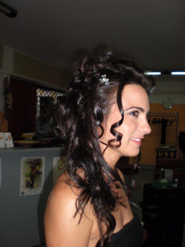 modella con capelli lunghi ondulati