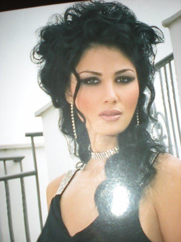 donna con capelli lunghi  neri raccolti sulla nuca