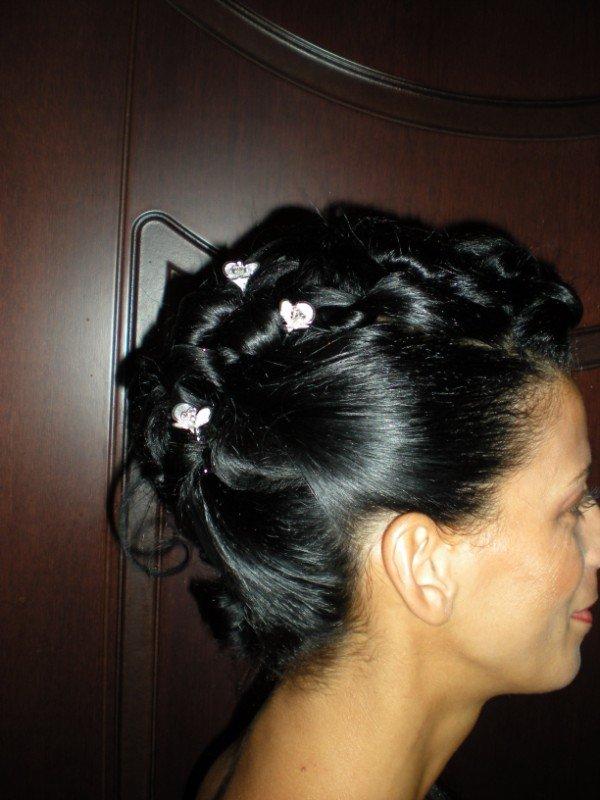 capelli neri acconciati con perline