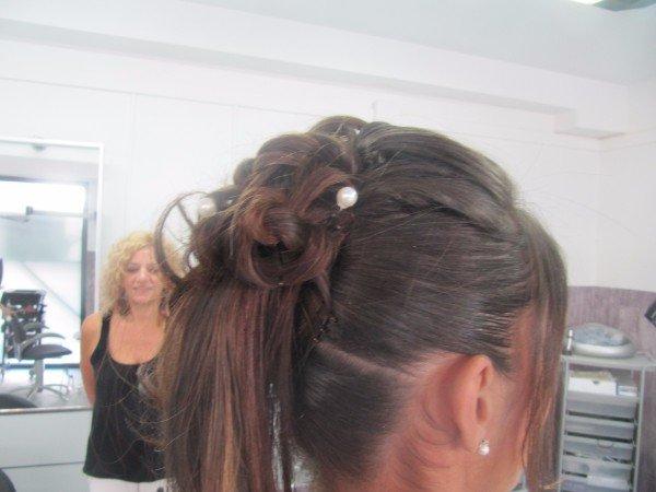 capelli raccolti in alto