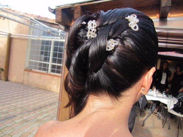 capelli neri con mollette decorative