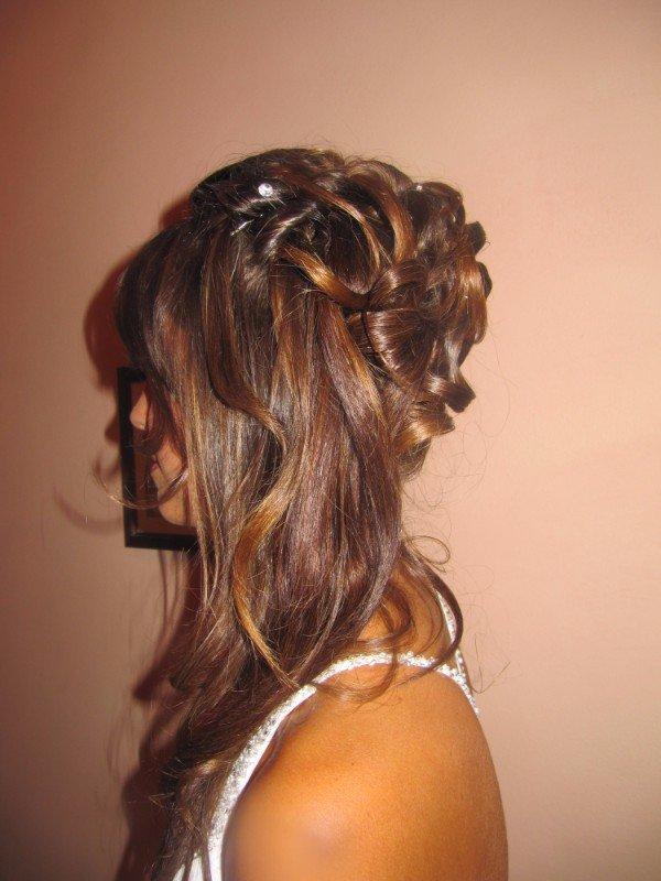 capelli biondi lunghi ed acconciati