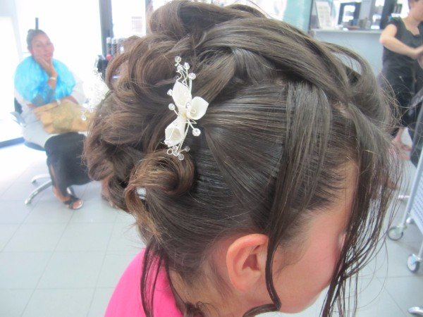 capelli legati con fiore