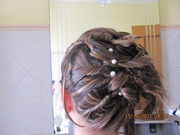 capelli acconciati con perline