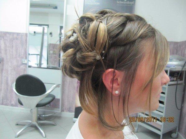 capelli biondi legati con mollette