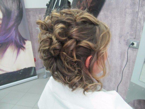 acconciatura con capelli raccolti in modo irregolare