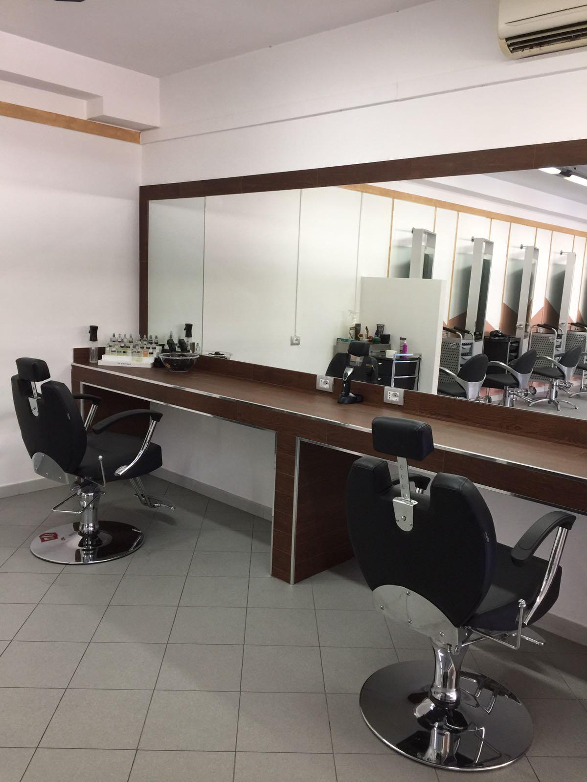 postazione parrucchiere con specchio