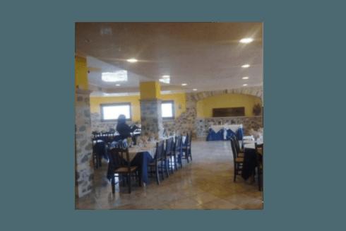 La sala dei banchetti apparecchiata in blu per un matrimonio