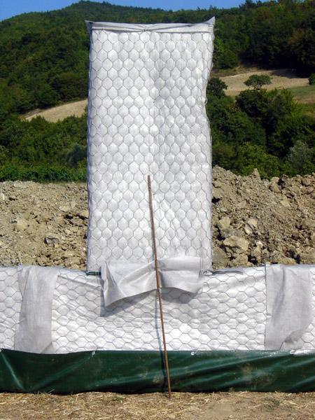 una rete metallica ricoperta da un telo bianco