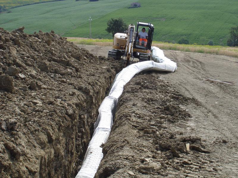 manutenzione tubo con scavatrice