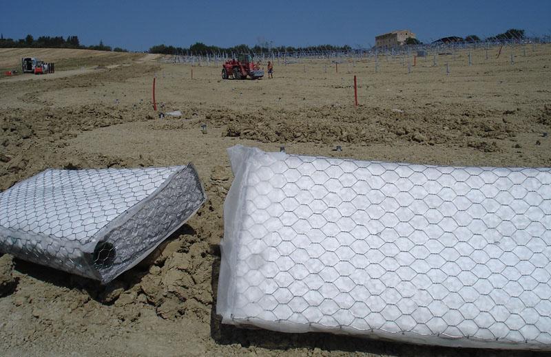 delle reti metalliche ricoperte da plastica su un terreno