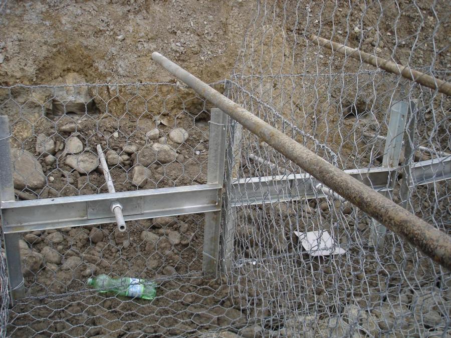 una rete metallica e dei bastoni di legno