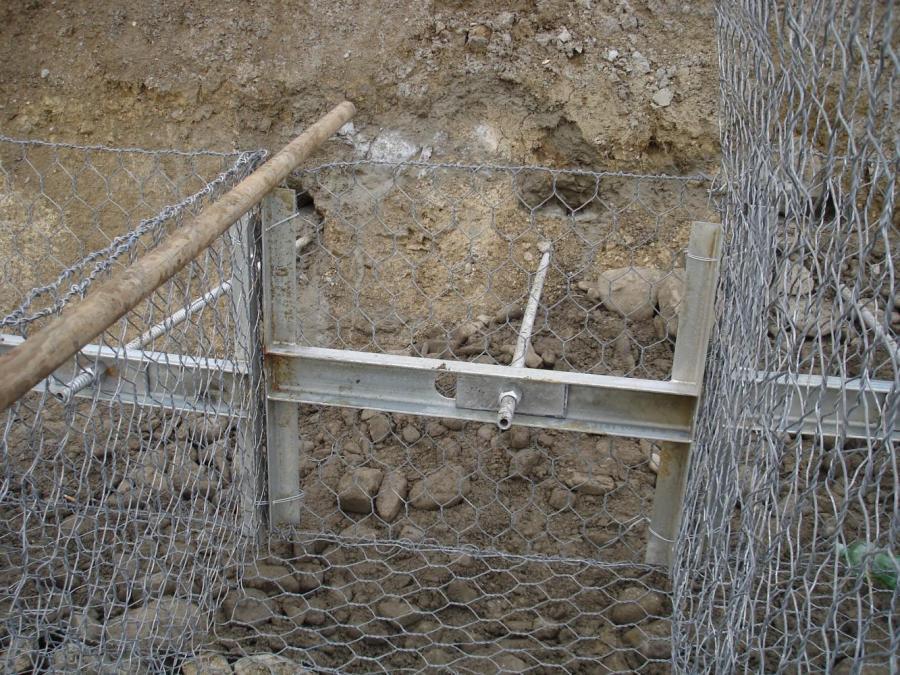 dei bastoni di legno e una rete metallica